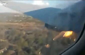 「墜落…するかもしれない…」エンジン燃えながら飛行する機体を乗客が撮影、死者が出た事故の内部映像