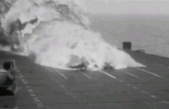 難易度ベリーハードな空母着艦、着陸に失敗で大破・炎上