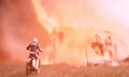 藁でできたトンネルに発火、通り抜けた役者が焼死したデストンネル