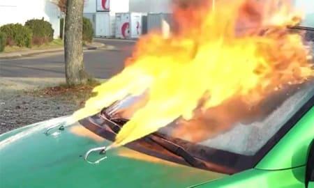 フロントガラス凍ってる…せや火炎放射で溶かしたろ!