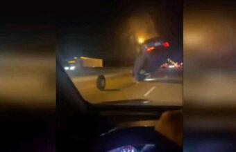 走行中に脱落したタイヤ、SUVに投げ技をかける