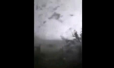 巨大竜巻が目の前に…家に直撃、中にいたときの絶望感が半端ない…