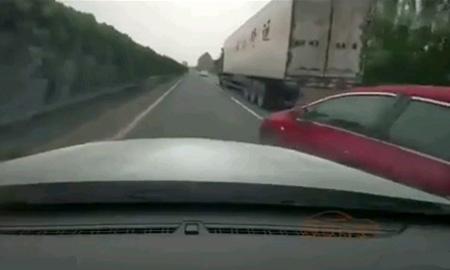 割り込み運転者への天罰、トラックに連れ去られてしまう