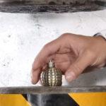 油圧プレスで手りゅう弾を潰すとどうなるか?やってみた 他、弾丸と爆弾ver