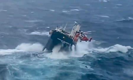 荒れ狂う海での海難救助、こんな海に落ちるとか生きた心地がしない…
