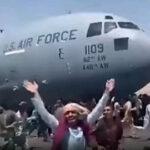 アフガニスタンから脱出しようと軍用機にしがみつくも無念の落下