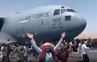 アフガニスタンから脱出しようと飛行機にしがみついた人が無念の落下