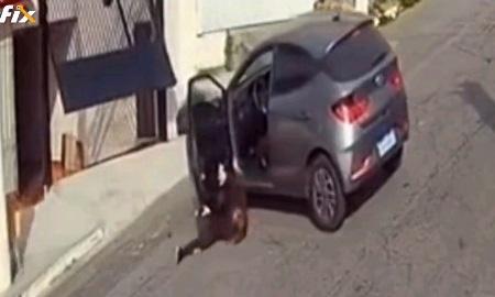 登場する主要人物が運転できない系人達に起こった悲劇。女性がガレージから出庫していると、その隙を突いてワンチャンが脱走。慌てて車から降りる女性はあろうことかP停車orサイドを引き忘れ、動くマイカーのドアに引っかかり転倒、ドアの隙間に挟まってしまう。騒ぎを見て駆け付けた人のうち一人が運転席に座り、車を動かしたものの全力Rで後退、壁に盛大にぶつけて停車。そのうちにワンチャンは短いお散歩から帰還。 善意で助けた人も後味が悪すぎる結果になってしまいましたね(´·ω·`)第三者が助けに入って自体が悪化する似たような状況のgifがあったのでこちらもどうぞ。