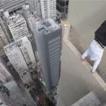 高いところ大好き☆高層ビルの際で命綱なしのアクションをするアドレナリン中毒者