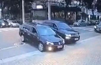煽り運転で併走、煽った側が相手に接触して横転END