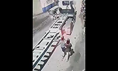 歩きスマホ&イヤホン トラックと並んで歩いていた女性に起きた悲劇